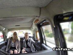 Blonde lesbiennes léchant dans faux taxi