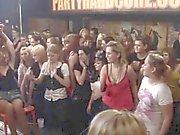 Débordant cum-trou sur la piste de danse