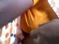 Индийский парень прикасаясь и растирая женщины грудь во шине