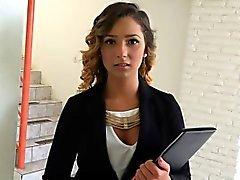 adolescente agente de bienes raíces con un coño peludo follada por un cliente potencial