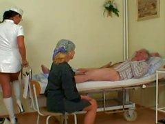 Seksi Hemşire The Old Hasta koydu Get yardım eder