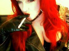 Гот Redhead к курению