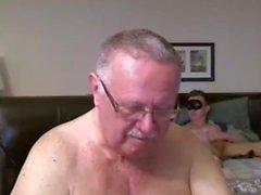 morfar och yngre på webbkamera