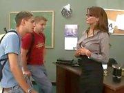Enseignant petite brune plantureuse baise et les nul sa deux étudiants en groupe de trois
