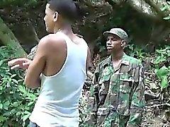 Schwanz liebende militärischen Jungen Schläge ein Junge