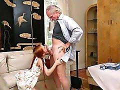 Dolly wenig saugt alten mans Hahn, während sie gestopft
