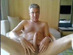 papà che si masturba nella sua stanza d'albergo