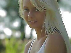 Blonda kvinnan ifrån Sweden beröra klitoris