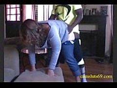 ama de casa MILF hace trampas con el joven vecino negro