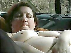 Puta madura se masturbando no carro