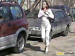 Honig pissing über Hose auf der Strasse