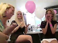 Blasen Zwei denn Stripper aus Gruppe von amateurs CFNM