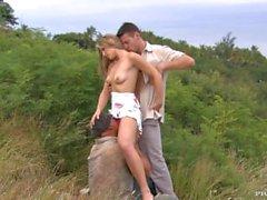 Katy Caro regarde chauds à genoux entre deux mecs en leur donnant un blowjob