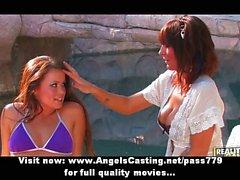 Chaudes jeunes lesbos amateurs donnant des massages appel d'offres près de la piscine