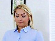Blond Kimmys fylls inom hennes stora soffan i sovrummet