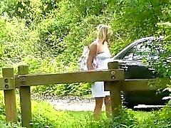 Cute junge blondes Deutsch im Holz gefickt