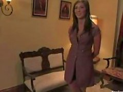 brunett undergiven flicka behandlas som en slav