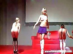 Tre sexiga schoolgirl strippning