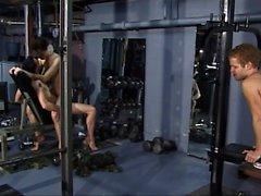 Скинни молодого бойца позволяет он мускулистый друзья Платиновый трахать в задницу