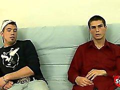 Два очень нервная прямые мальчики сосать и рывок друг друга