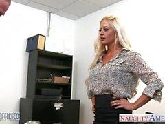 Bredbröstat tjej järnek Hjärta får spikade i kontor