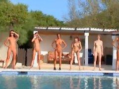 Six étudiante nu bord de la piscine de Russie