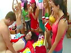 Högskolestudenter spela erotiska spel