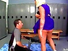 Rondborstige gebruinde blonde cheerleader in uniform krijgt haar grote kont likte