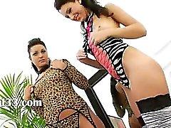 bränna lesbisk kvinna satkäringar knullas av monster