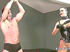 La maîtresse Hot réduisant les esclaves à cum tandis que ses les poignets ligoté