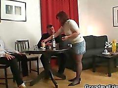 Poker oyunları oynayan Anneanne iki kişi tarafından becerdin alır