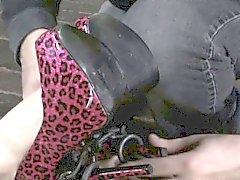 Del BDSM limitado sumisas en piso hogtied