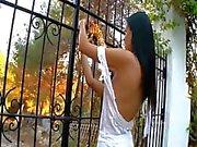 Charming lesbiska FINGRANDE i en trädgård