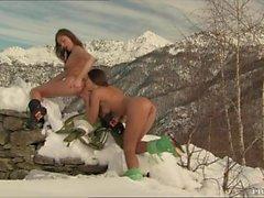 Gilda Roberts och Zafira Screw med varandra i snowen
