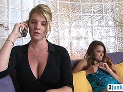 Atemberaubende Babysitter pflegt ihren Clients grossen Schwanz