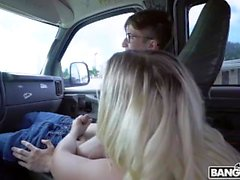 Bailey Brooke se fait baiser dans le bus