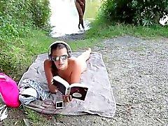 Geiles Babe laesst sich einfach am Strand ficken & besamen