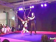 Wilde Mädchen machen verrückte erotische Shows