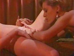 Kısa saçlı bir kız ve kıvırcık saçlı kadın arasındaki Vintage lezbiyen seks sahnesi