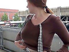 Eurobabe Helena bichano martelado no ponto de ônibus