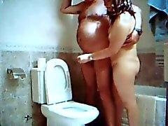 handjob in de badkamer met Adriana