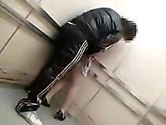 Dold kamera i en hiss fångster en duden smeka sin och g
