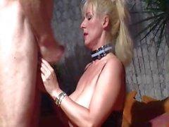 Tettona biondi Alessandra Ross negozia licks e la viene poi martellato per il seme