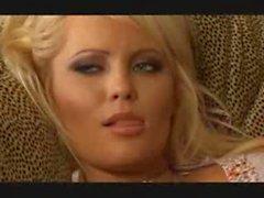 Blonde plantureuse branlant sur film de son ami porno