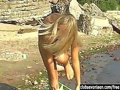 Подростка Linda мастурбирует на пляж