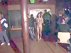 Underbara brunett exhib hennes fina kropp i Nightclub