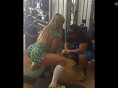 Gostosona gym malhando leggins socado