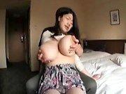 Houkuttelevat aasialaisia tyttö on sexy jalkojen esittää hänen valtava breasts