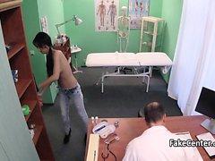 Doktor hastanın ağzına cumming