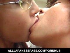 Manami Suzukin silmälasit saa kouluun helvettiä
